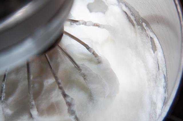 Blanc d'œuf battu en neige avec un robot pâtissier