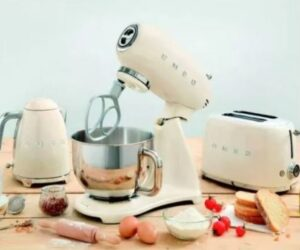Robot pâtissier SMEG sur une table en bois